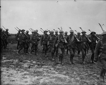 Les troupes du 58e Bataillon se rendent aux tranchées. Juin 1917. Source: Bibliothèque et Archives Canada.